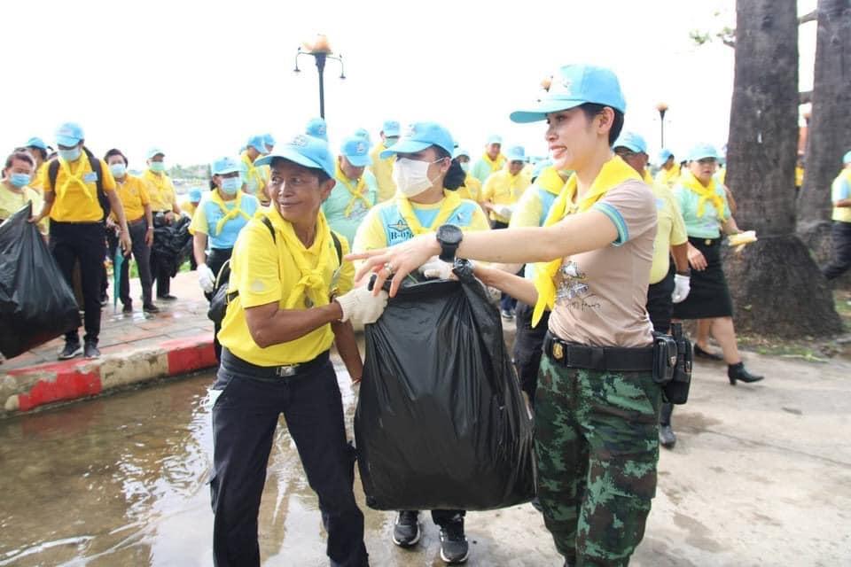 Bijvrouw van de Thaise koning nu ook alleen op pad en verricht in Noordoost Thailand vrijwilligerswerk