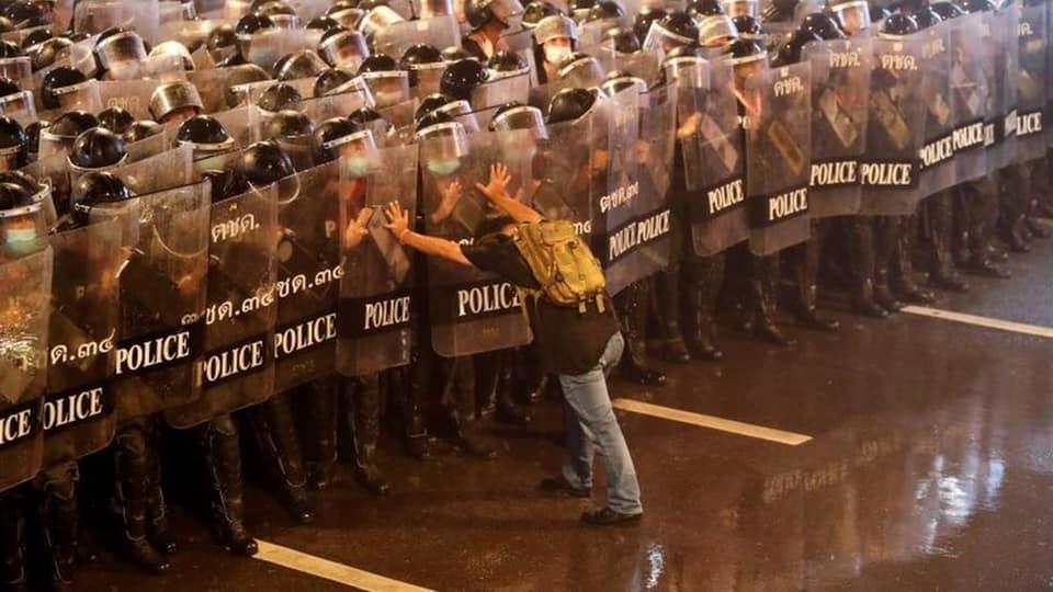 De noodtoestand in Bangkok is voor 1 maand afgekondigd, premier Prayut waarschuwt voor mogelijke avondklok!