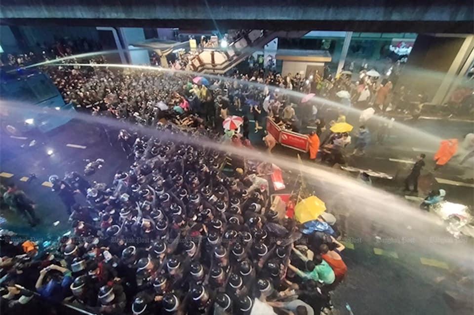 Demonstranten in Thailand blijven betogen ondanks verbod, politie treedt nu hard op