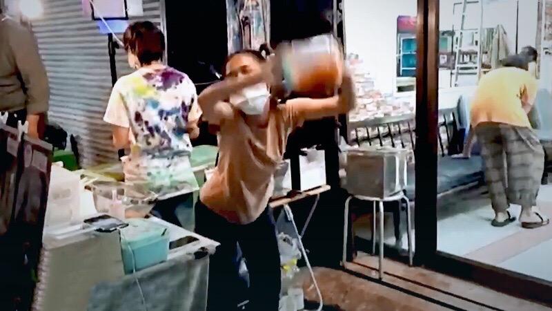 Thaise kapster gooit het roer om en brengt al dansend en schuddend met haar slanke lichaam frietjes aan de man