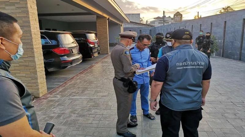 """Na de inbeslagname van honderden gokautomaten in Khon Kaen vorige maand is de lokale gokkoning """"Long Joo""""  in Rayong gearresteerd"""