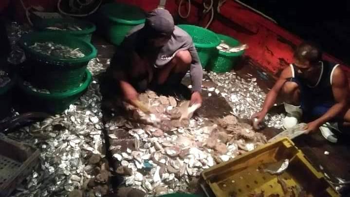 Vissersboot in beslag genomen IVM illegale visserij in de baai van Phang Nga