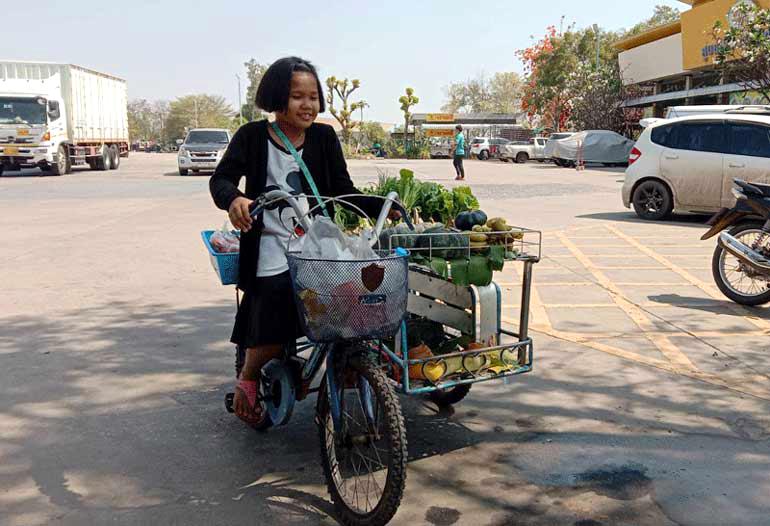 Een ondernemer in de dop: Charmante 10-jarige verdient 400 baht per dag in Korat!