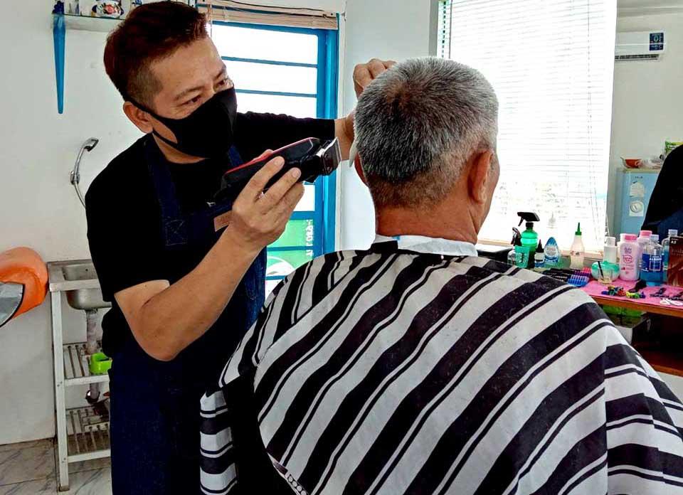 Taxichauffeur in Pattaya begint een nieuw bestaan als kapper
