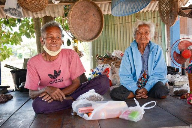 Bejaarde moeder en zoon ontvangen 7 MILJOEN BAHT aan donaties via social media