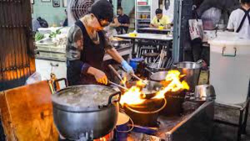 De streetfood koningin in Bangkok, 'Jay Fai' Junsuta mag opnieuw een aantal onderscheidingen ontvangen