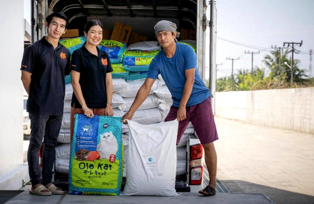 Zijne Majesteit de Koning schenkt 2 ton voer aan Soi Dog Foundation