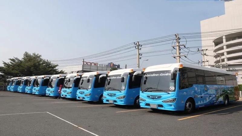 De kustplaats Pattaya ontvangt 21 bussen met airconditioning voor openbaar schoolvervoer