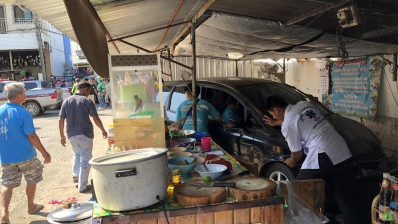Thaise man rijdt met zijn auto restaurant binnen, waarbij de eigenaren ernstig gewond raakte