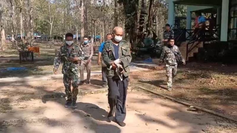 Parkwachters van Kanchanaburi strikken een vermoedelijke vogelvanger