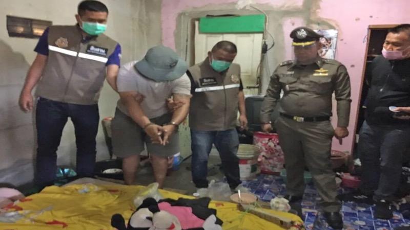 Stiefvader in Si Racha gearresteerd na het ombrengen van baby omdat het kind naar verluidt niet ophield met schreien