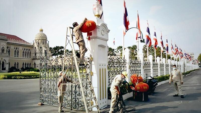 Het gouvernementsgebouw in Bangkok is versierd in het teken van het Chinese jaar van de os