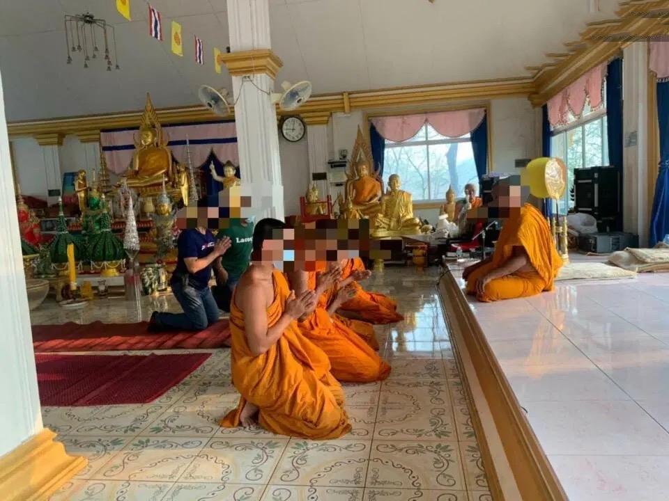 Vier monniken in Chonburi gelaïciseerd, gearresteerd, omdat ze naar verluidt illegale drugs in de plaatselijke tempel hadden gebruikt