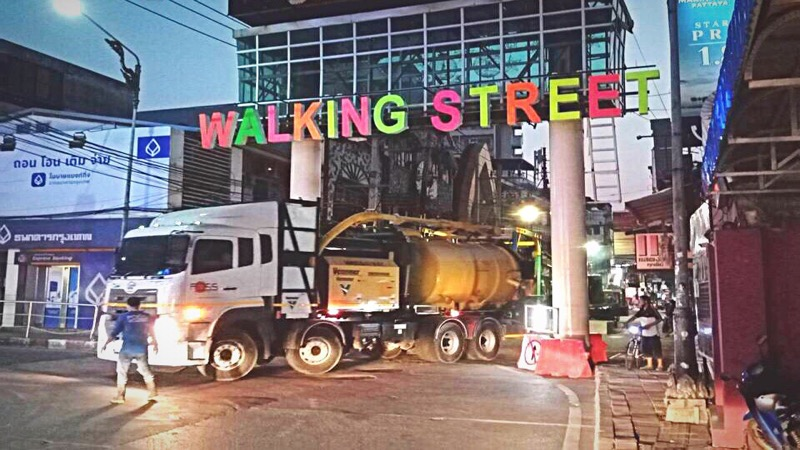 Sinds de versoepeling zijn er meer graafmachines dan barmeisjes in de Walking Street van Pattaya