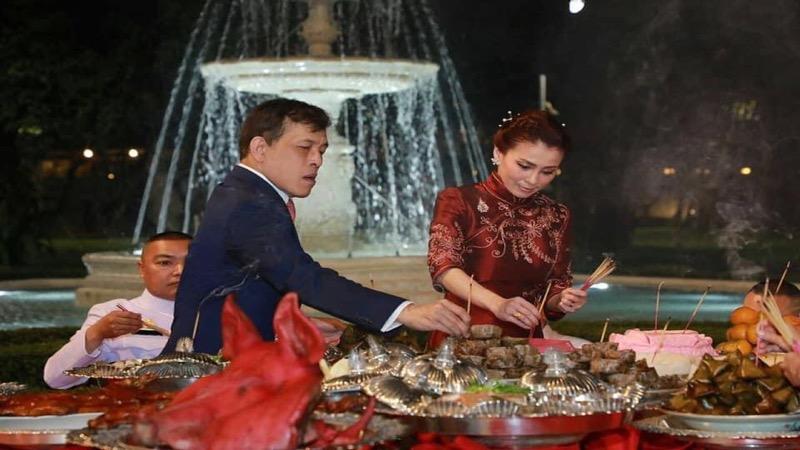 Koningin Suthida weer met haar man, koning Vajiralongkorn in het openbaar verschenen