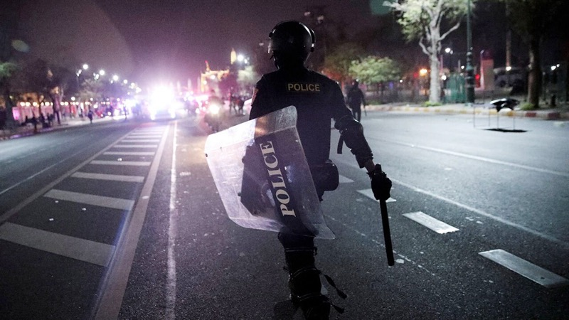 Velen Thaise burgers oneens met politiegeweld nadat de oproerpolitie een arts hadden gemolesteerd