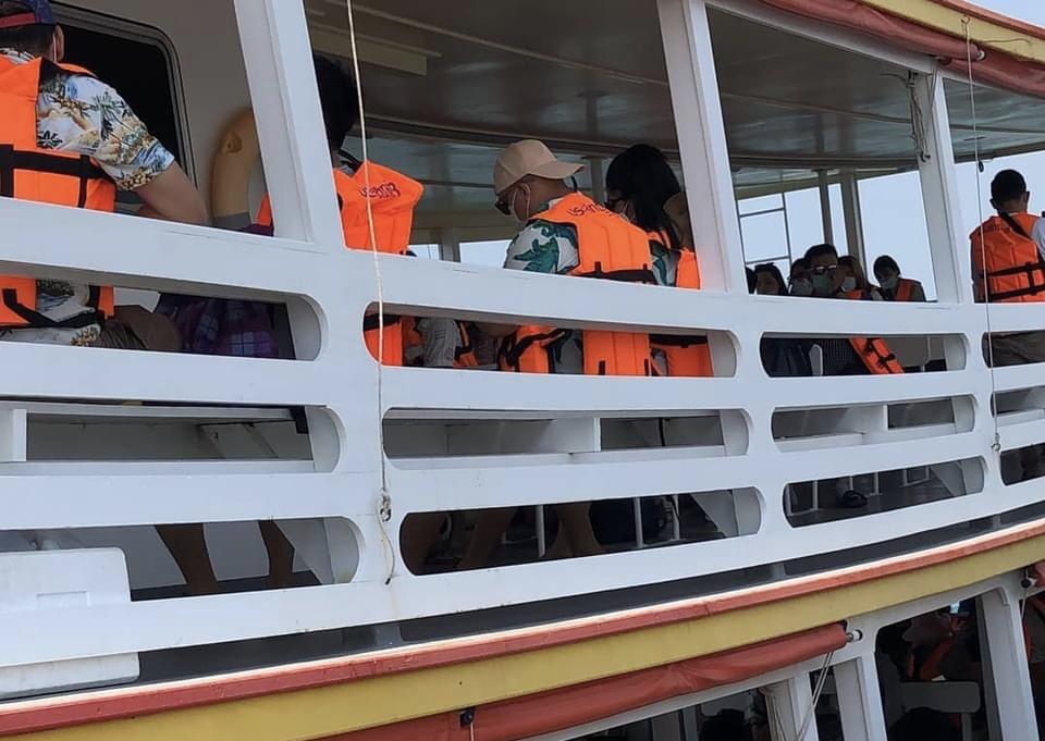 VIDEO | Meer dan 10.000 binnenlandse toeristen kwamen gisteren op de eerste dag van het vakantieweekend naar Koh Larn