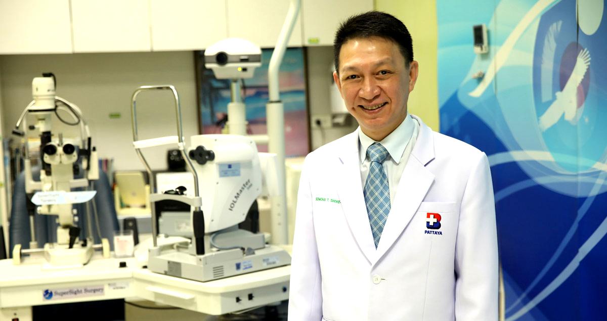 Super oogheelkundig chirurg Dr. Somchai en zijn SuperSight techniek