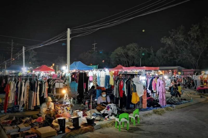 De rommelmarkt op Thepprasit Road in Pattaya brengt vreugde en wanhoop  bij kopers en verkopers
