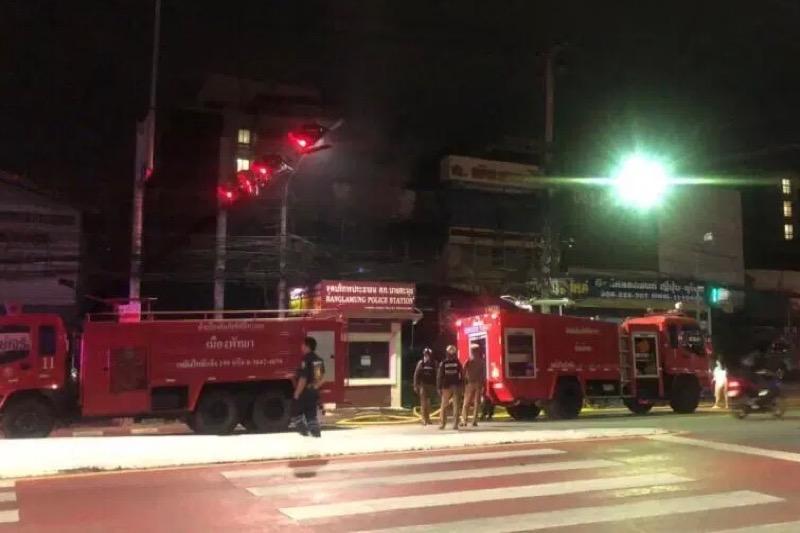 Verlaten gebouw in het sub-district Naklua van Pattaya raakt door onbekende reden in brand