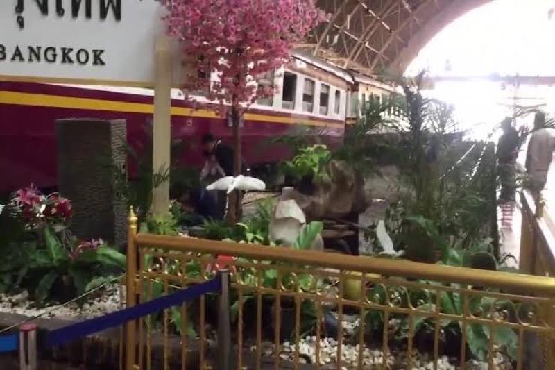 Machinist verliest controle over de trein en dendert dwars door metalen barrière op het station van Bangkok