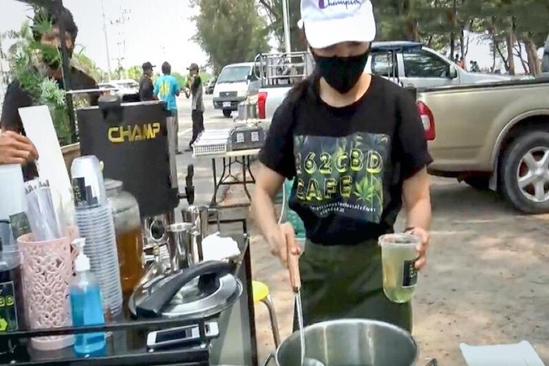 Toeristen komen massaal naar het strand van Rayong om zich tegoed te doen aan cannabis smoothies