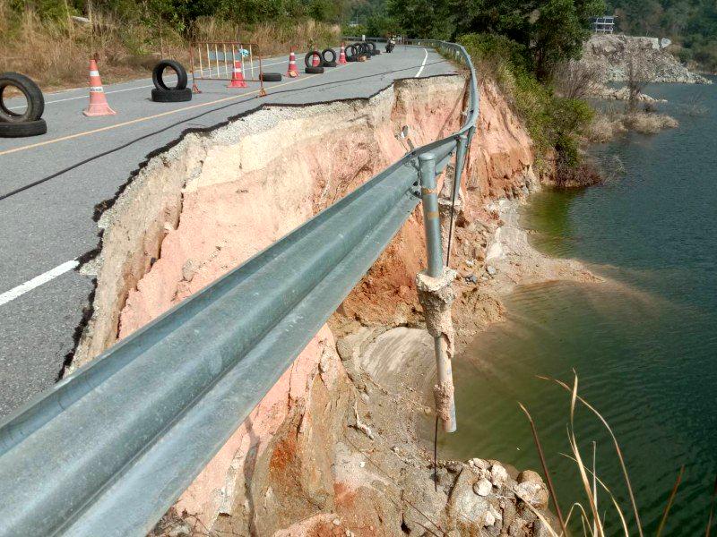 Phuket: deel van weg stort in meer Chalong