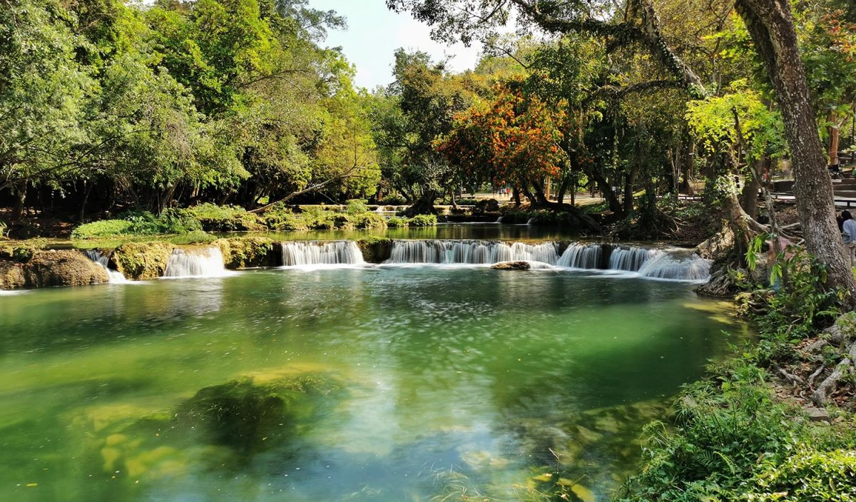 De Chet Sao Noi-watervallen in de provincie Saraburi
