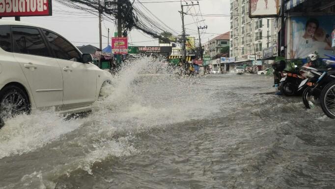 Pattaya onder water en zonder stroom na onweer vrijdagavond