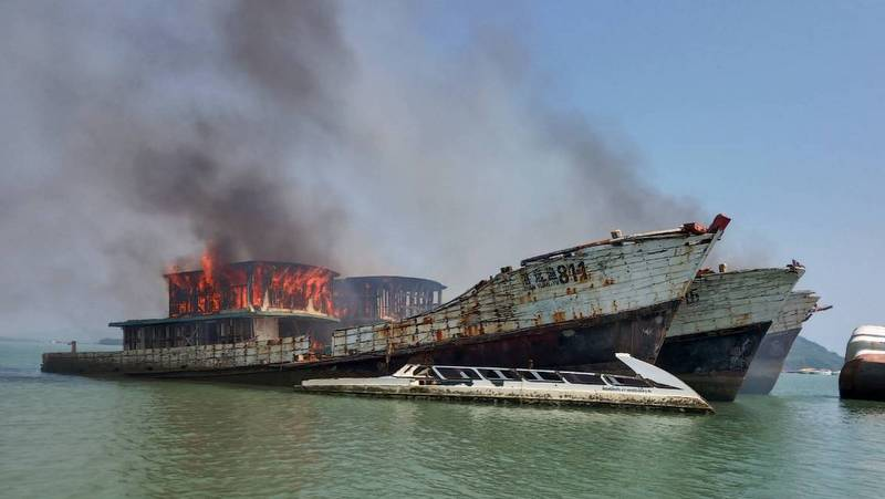 Vijf verlaten vissersboten in vuur en vlam