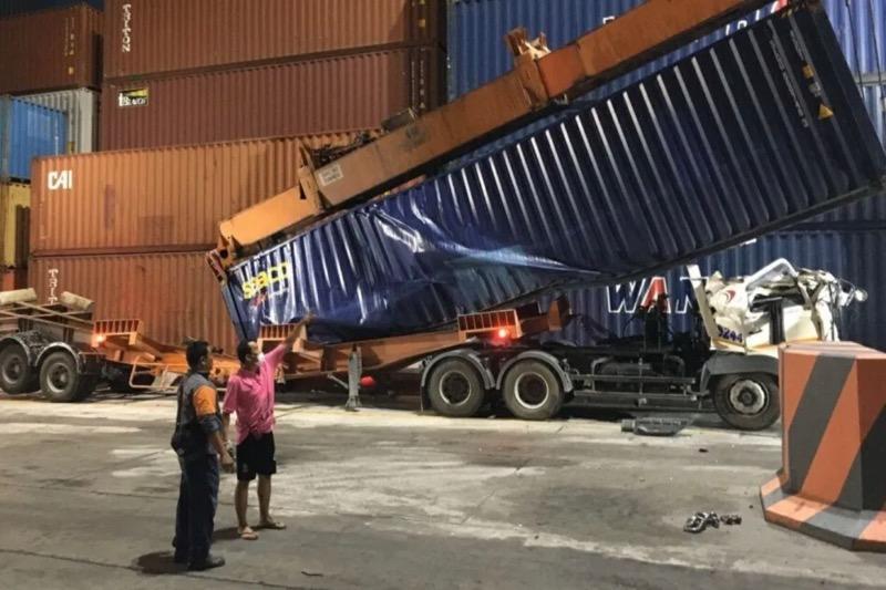 Vrachtwagenchauffeur komt in de haven van Laem Chabang om het leven nadat er een vrachtcontainer op zijn cabine viel