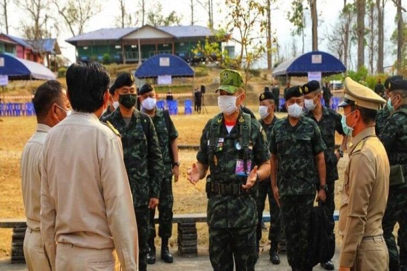 Het leger van Thailand bereidt aan de grens van Myanmar 23 vluchtelingenkampen voor 40.000 vluchtelingen voor