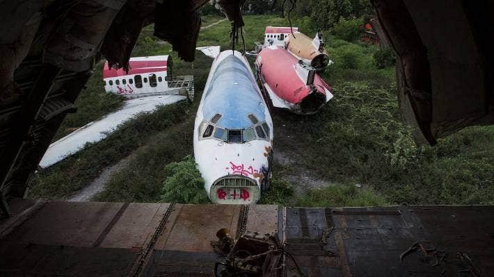 Brand verwoestte het vaak door toeristen bezochte vliegtuigkerkhof in Bangkok