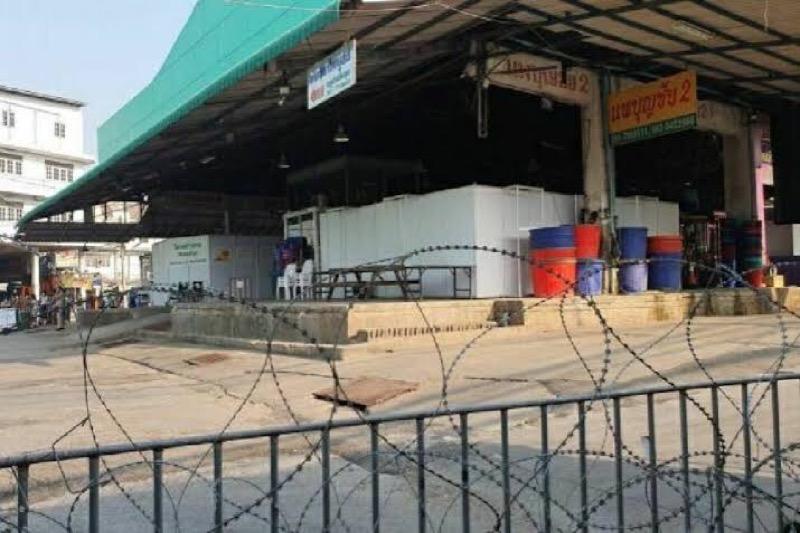 De garnalenmarkt van Samut Sakhon, het recente epicentrum van de Covid-19-golf, is weer open en draait als een tierelier!