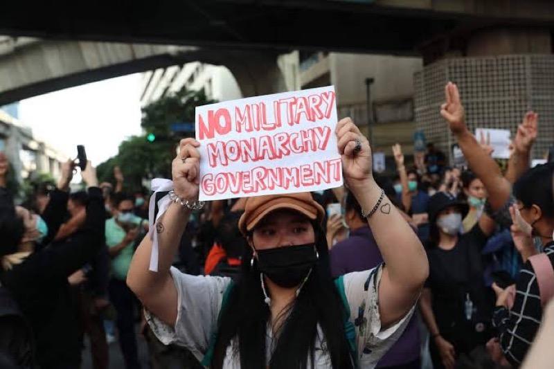 Volgens de Thaise immigratiedienst mogen buitenlandse studenten politieke bijeenkomsten bij wonen, mits zij de wet in acht houden