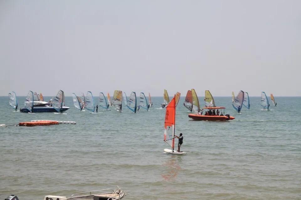 De kustplaats Pattaya zal de komende twee maanden meerdere watersportcompetities op Jomtien Beach gaan houden