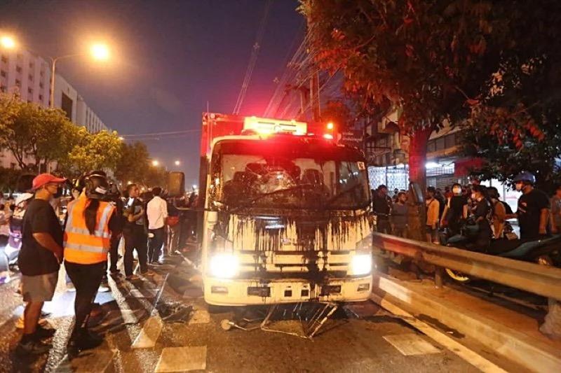 Pro-democratische leider geeft zich aan de politie over nadat de menigte hem tegen een arrestatie beschermde