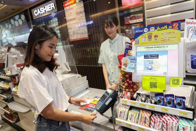 Klanten van Bangkok Bank in Thailand kunnen voortaan hun geld bij de 7/elven winkels opnemen