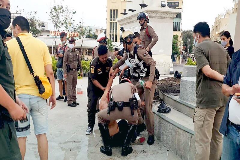 """'Depressieve' man probeert het """"Democratie Monument""""van Bangkok in brand te steken"""