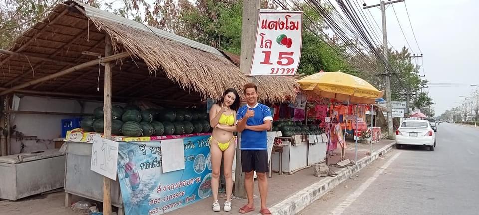 VIDEOCLIP | Thais meisje in Noord Thailand verkoopt meloenen krijgt 500 baht boete voor veroorzaken van een file