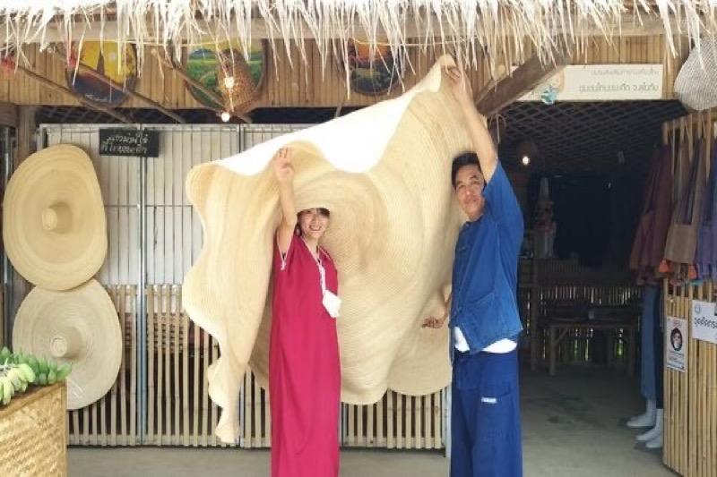 Winkel in Sukhothai maakt de grootste bamboehoeden ter wereld