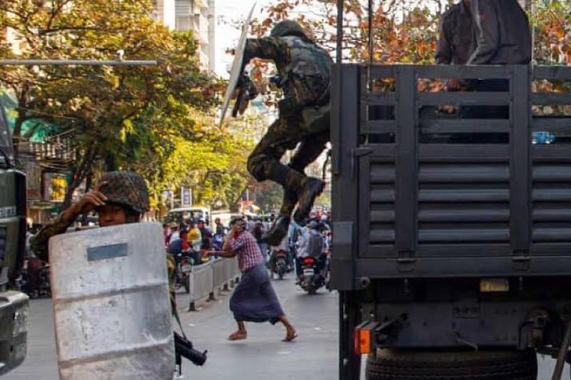 Steeds meer inwoners ontvluchten na aanhoudend geweld de grootste stad van Myanmar