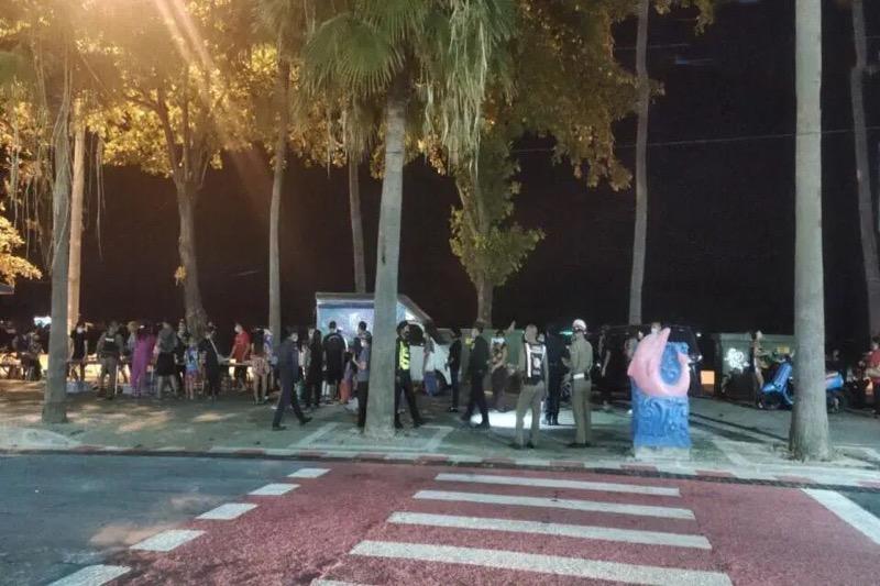 De plv. commandant van politie Chonburi stond gisteren driftig op de Beach Road in de pan te roeren om de honger van behoeftigen in Pattaya te stillen