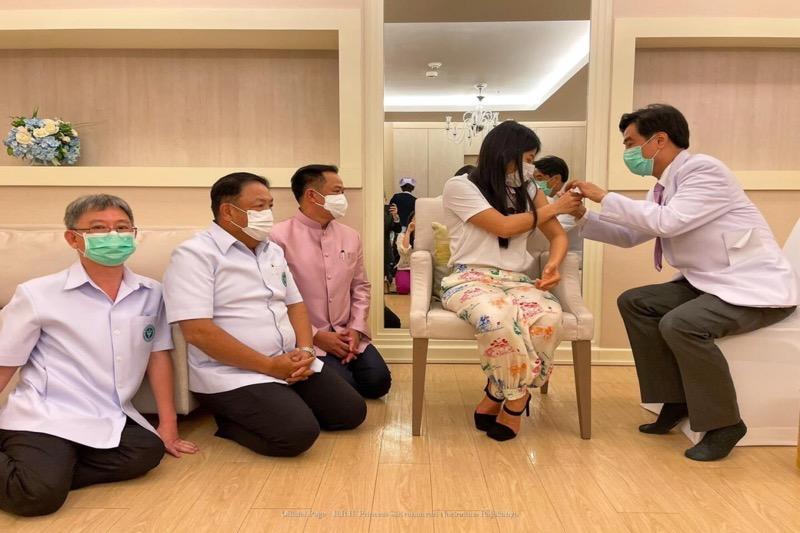 De Thaise Prinses Sirivannavari heeft ook haar Covid19 vaccinatie gekregen