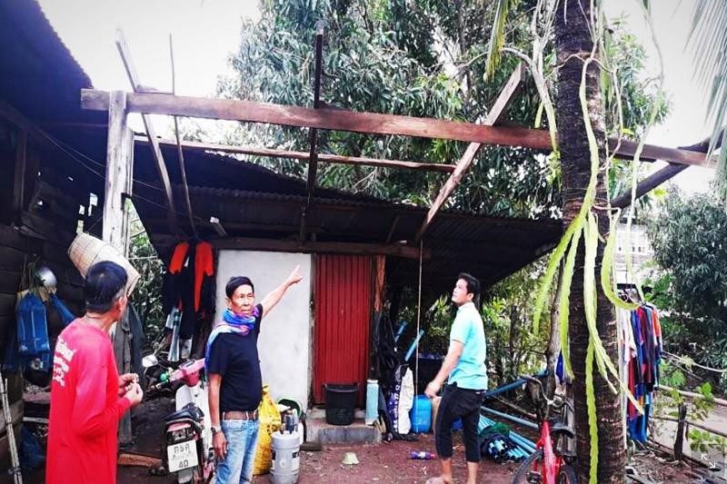 Heftige zomerstormen hielden huis in Thailand, daken waaiden weg!