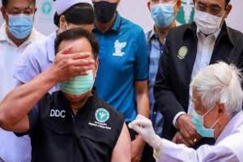 Minister Anutin van was de eerste Thai die tegen Covid-19 werd ingeënt