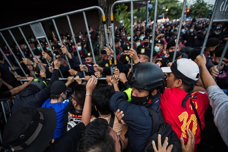 Na de protesten in Bangkok van afgelopen zondag, tenminste 22 mensen gearresteerd, spanning werd een politieagent fataal