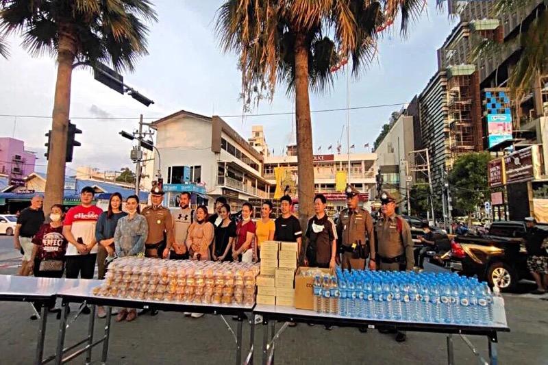 De plv. commandant van de politie van Chonburi en zijn familie koken opnieuw bereiden voedsel voor de behoeftigen van Pattaya