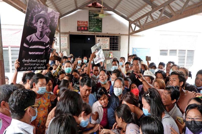 Leger Myanmar lost schoten bij een begrafenis
