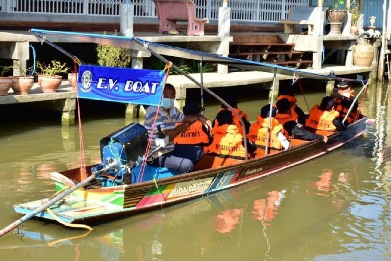 De longtailboten van de beroemdste drijvende markt van Thailand schakelen over naar elektrisch